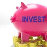 Επενδύστε την τράπεζα Piggy παρουσιάζει έσοδα από επενδύσεις Στοκ εικόνα με δικαίωμα ελεύθερης χρήσης