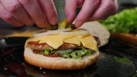 Επεξεργαμένος σπιτική burger διαδικασία μαγειρέματος Cheeseburger, πιάτο στοκ φωτογραφίες