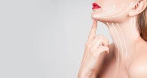 Επεξεργασία αντι-γήρανσης Όμορφος λαιμός γυναικών με τις γραμμές μασάζ Στοκ φωτογραφία με δικαίωμα ελεύθερης χρήσης