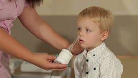 Επεξεργασία η μύτη του παιδιού με ένα μαγνητικό λέιζερ απόθεμα βίντεο