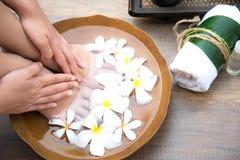 Επεξεργασία και προϊόν SPA για τα θηλυκά πόδια και manicure nails spa Στοκ φωτογραφία με δικαίωμα ελεύθερης χρήσης
