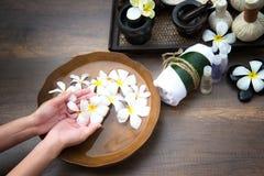 Επεξεργασία και προϊόν SPA για τα θηλυκά πόδια και manicure nails spa, στοκ εικόνες