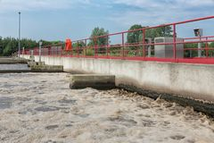 Επεξεργασία λυμάτων, εγκαταστάσεις, αερισμός του απόβλητου ύδατος στοκ φωτογραφίες