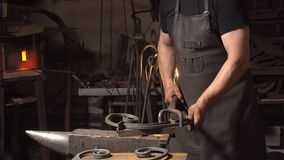Επεξεργασία της κινηματογράφησης σε πρώτο πλάνο λειωμένων μετάλλων Χειροποίητος σιδηρουργός Στοκ Εικόνες