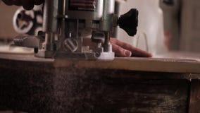 Επεξεργασία του ξύλινου πίνακα σε ένα εργαστήριο απόθεμα βίντεο