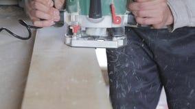 Επεξεργασία του ξύλου στο εργαστήριο φιλμ μικρού μήκους
