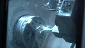 Επεξεργασία των μερών μετάλλων σε έναν τόρνο Κινηματογράφηση σε πρώτο πλάνο φιλμ μικρού μήκους