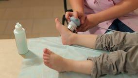 Επεξεργασία υπερήχου για τα πόδια το μικρό παιδί φιλμ μικρού μήκους