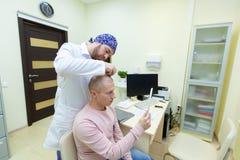 Επεξεργασία φαλάκρας Ασθενής που πάσχει από την απώλεια τρίχας κατόπιν διαβουλεύσεων με έναν γιατρό Προετοιμασία για τη μεταμόσχε στοκ φωτογραφία με δικαίωμα ελεύθερης χρήσης