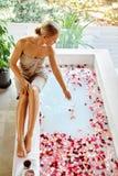 Επεξεργασία φροντίδας δέρματος SPA Γυναίκα στην μπανιέρα Το λουλούδι αυξήθηκε λουτρό Στοκ Φωτογραφίες