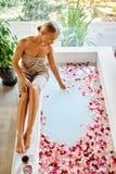 Επεξεργασία φροντίδας δέρματος SPA Γυναίκα στην μπανιέρα Το λουλούδι αυξήθηκε λουτρό Στοκ εικόνα με δικαίωμα ελεύθερης χρήσης