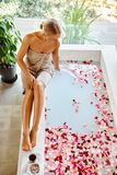 Επεξεργασία φροντίδας δέρματος SPA Γυναίκα στην μπανιέρα Το λουλούδι αυξήθηκε λουτρό Στοκ φωτογραφία με δικαίωμα ελεύθερης χρήσης