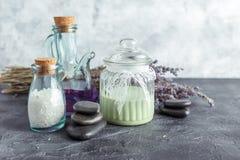 Επεξεργασία SPA - προσοχή σωμάτων aromatherapy lavender Στοκ Φωτογραφία