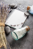 Επεξεργασία SPA - προσοχή σωμάτων aromatherapy lavender Στοκ φωτογραφία με δικαίωμα ελεύθερης χρήσης