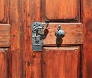 Επεξεργασμένα λαβή πορτών μετάλλων και εξόγκωμα πορτών Στοκ Εικόνες