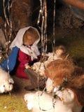 Επεξεργασμένη χέρι παραδοσιακή διακόσμηση Χριστουγέννων που παρουσιάζει την ιερά οικογένεια και πρόβατα Στοκ Φωτογραφία