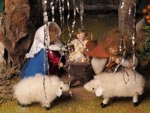 Επεξεργασμένη χέρι παραδοσιακή διακόσμηση Χριστουγέννων που παρουσιάζει την ιερά οικογένεια και πρόβατα Στοκ φωτογραφίες με δικαίωμα ελεύθερης χρήσης