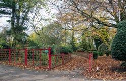 Επεξεργασμένος σίδηρος που περιφράζει μέσα ένα πάρκο, ιαπωνικό ύφος στοκ φωτογραφίες