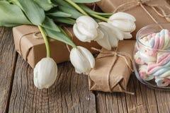 Επεξεργασμένο χέρι κιβώτιο παρόν με τα λουλούδια τουλιπών Στοκ Εικόνες