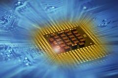 Επεξεργαστές υπολογιστών και μπλε ηλεκτρονικό κύκλωμα με το postproduction αποτελεσμάτων φωτισμού Στοκ Εικόνα