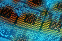 Επεξεργαστές υπολογιστών και μπλε ηλεκτρονικό κύκλωμα με το postproduction αποτελεσμάτων φωτισμού Στοκ φωτογραφία με δικαίωμα ελεύθερης χρήσης