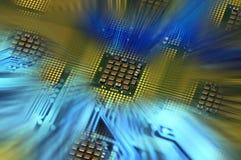 Επεξεργαστές υπολογιστών και μπλε ηλεκτρονικό κύκλωμα με το postproduction αποτελεσμάτων φωτισμού Στοκ Φωτογραφία