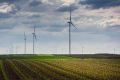 Επερχόμενη θύελλα και ηλεκτρικοί ανεμόμυλοι στοκ φωτογραφία
