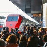 Επιβάτες έτοιμοι να επιβιβαστούν στο τραίνο υψηλής ταχύτητας Frecciarossa στο σιδηροδρομικό σταθμό Αγιών Λουκία της Βενετίας Στοκ εικόνες με δικαίωμα ελεύθερης χρήσης