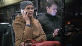 Επιβάτες λεωφορείων που χρησιμοποιούν τις συσκευές απόθεμα βίντεο
