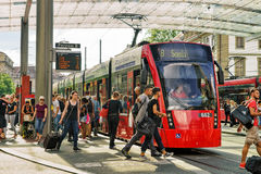 Επιβάτες και τραμ στο σιδηροδρομικό σταθμό Bahnhofplatz Βέρνη Ελβετός Στοκ φωτογραφία με δικαίωμα ελεύθερης χρήσης