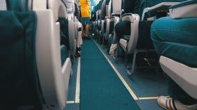 Επιβάτες μέσα στην καμπίνα της συνεδρίασης αεροσκαφών επιβατών στις καρέκλες κατά τη διάρκεια της πτήσης απόθεμα βίντεο