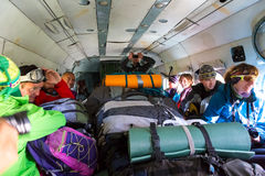 Επιβάτες μέσα στο ελικόπτερο φορτίου με πολλά σακίδια πλάτης Στοκ Φωτογραφίες