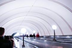 Επιβάτες μετρό της Μόσχας στη μακρύτερη κυλιόμενη σκάλα στο πάρκο Pobedy STAT Στοκ φωτογραφίες με δικαίωμα ελεύθερης χρήσης