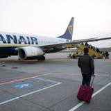 Επιβάτες που επιβιβάζονται ryanair στο αεροπλάνο στον αερολιμένα του Άιντχόβεν Στοκ Εικόνα