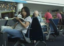 Επιβάτες που περιμένουν την πτήση Στοκ Φωτογραφίες