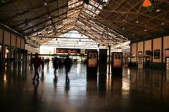 Επιβάτες που περπατούν μέσω του σταθμού τρένου της Αλικάντε στοκ εικόνα