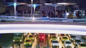 Επιβάτες που περπατούν στη γέφυρα επάνω από την κυκλοφορία στη Μπανγκόκ κοντά στο κέντρο MBK φιλμ μικρού μήκους