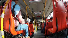 Επιβάτες που ταξιδεύουν μέσα σε Transmilenio Το Transmilenio είναι η υπηρεσία της μαζικής μεταφοράς στην πόλη της Μπογκοτά Στοκ Εικόνες