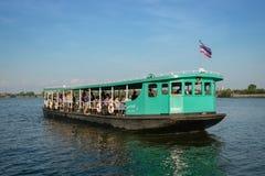 Επιβάτες σε ένα πορθμείο στον ποταμό Chao Phraya, Ταϊλάνδη στοκ φωτογραφίες