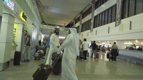 Επιβάτες στην περιοχή αφίξεων στο διεθνές βίντεο μήκους σε πόδηα αποθεμάτων αερολιμένων του Ντουμπάι απόθεμα βίντεο