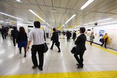 Επιβάτες στη βιασύνη στο σταθμό μετρό του Τόκιο στοκ φωτογραφίες
