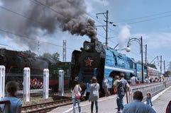 Επιβάτες του αναδρομικού σταθμού τρένου της πόλης του Ροστόφ Στοκ φωτογραφία με δικαίωμα ελεύθερης χρήσης