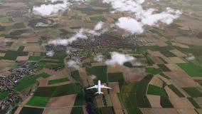 Επιβάτης αεροπλάνου Brandless που πετά επάνω από την επαρχία ελεύθερη απεικόνιση δικαιώματος