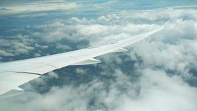 Επιβάτης αεροπλάνου κατά την πτήση Φτερό αεροπλάνων ` s που πετά επάνω από το ζωηρόχρωμο έδαφος απόθεμα βίντεο