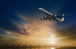 Επιβάτης αεροπλάνου που πετά στον όμορφο σκοτεινό ουρανό Στοκ εικόνες με δικαίωμα ελεύθερης χρήσης