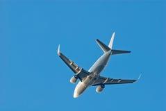 Επιβάτης αεροπλάνου σε έναν καθαρό μπλε ουρανό, κατώτατη άποψη Στοκ φωτογραφία με δικαίωμα ελεύθερης χρήσης