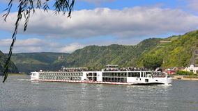 190-επιβάτης να ταξιδεψει σκαφών σκαπανών Βίκινγκ ήρεμο κατά μήκος του ποταμού του Ρήνου Στοκ Φωτογραφία