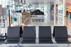 Επιβάτης που περιμένει στην περιοχή πυλών επιβίβασης Στοκ Φωτογραφίες