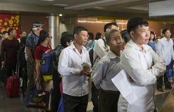Επιβάτης που περιμένει στη σειρά στη γραμμή στο μετρητή εισόδου στο διεθνή αερολιμένα Noi Bai Στοκ Εικόνα