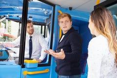 Επιβάτης που υποστηρίζει με το οδηγό λεωφορείου Στοκ φωτογραφία με δικαίωμα ελεύθερης χρήσης